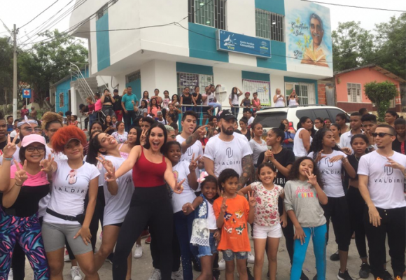 La visita de Andrea Valdiri que alegró a la gente del barrio el Bosque de Barranquilla