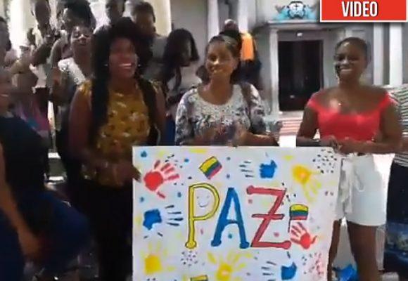 Con cantos y aplausos, mujeres chocoanas exigen al congreso respaldo a la JEP