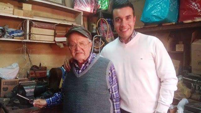 El joven científico en el taller de su abuelo, don Ignacio Castro, curtido reparador de máquinas de coser. Foto: Archivo particular