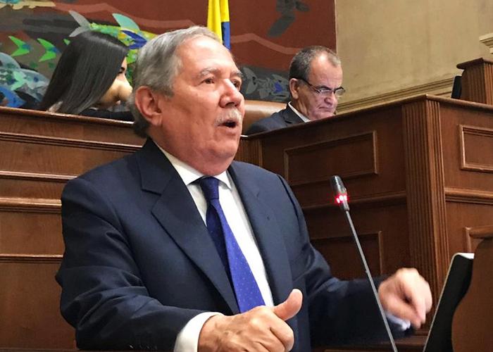 El presunto conflicto de intereses que podría poner en jaque al ministro Botero