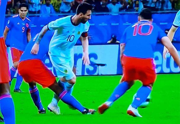 [VIDEO] El patadón de Cuadrado a Messi que lo dejó ardido