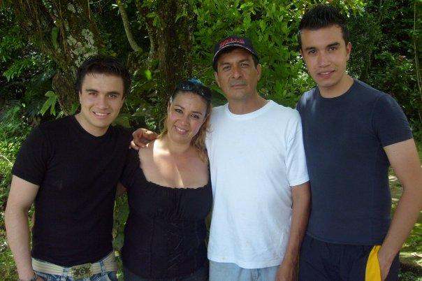 Andrés David con sus padres: Oliverio Reina y Martha luz Castro, y su hermano Juan Carlos, residente en Montreal, Canadá. Foto: Archivo particular