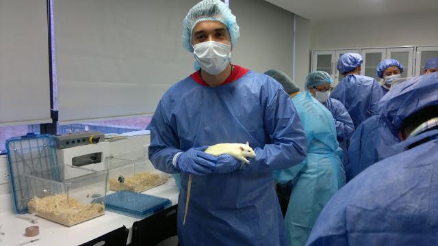 Andrés David en los laboratorios de la Universidad Javeriana, donde recibió capacitación en experimentación con especímenes. Foto: Archivo particular