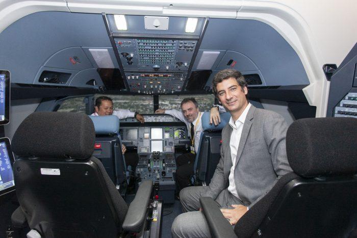 Antelo en el simulador de vuelo, que simula la cabina de un Airbus a320.
