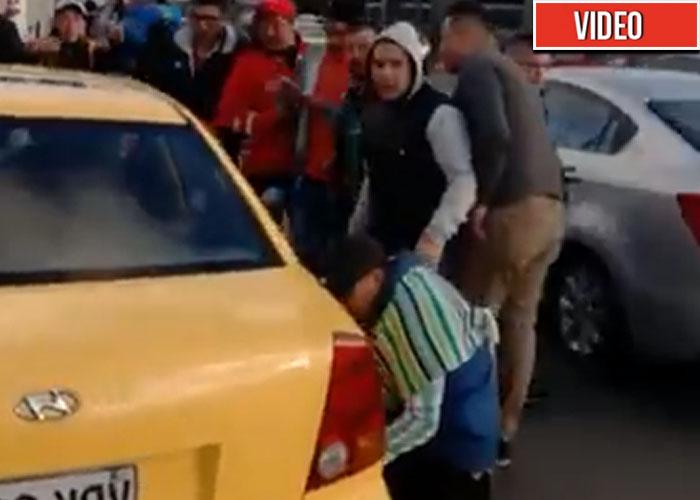 Con pinchazos e insultos a pasajeros los taxistas están destrozando a Bogotá