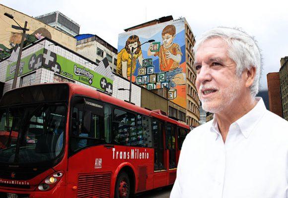 Otro de los buses nuevos de Peñalosa se le desprende el techo y cae en un pasajero