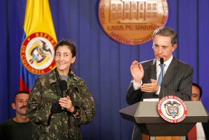 Cuando Alvaro Uribe felicitó a Juan Manuel Santos por el éxito de la Operación Jaque. Video