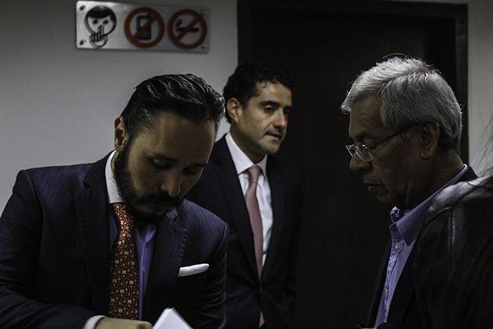 Wilson Cadena y Óscar Iván Hernández Salazar fueron los abogados suplentes de Pedro Aguilar en la defensa. Foto: Leonel Cordero
