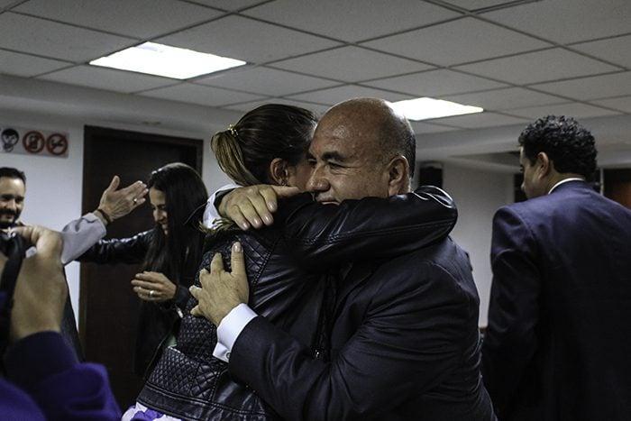 Laura Arboleda reconoce el exitoso resultado del abogado Pedro Aguilar. Foto: Leonel Cordero
