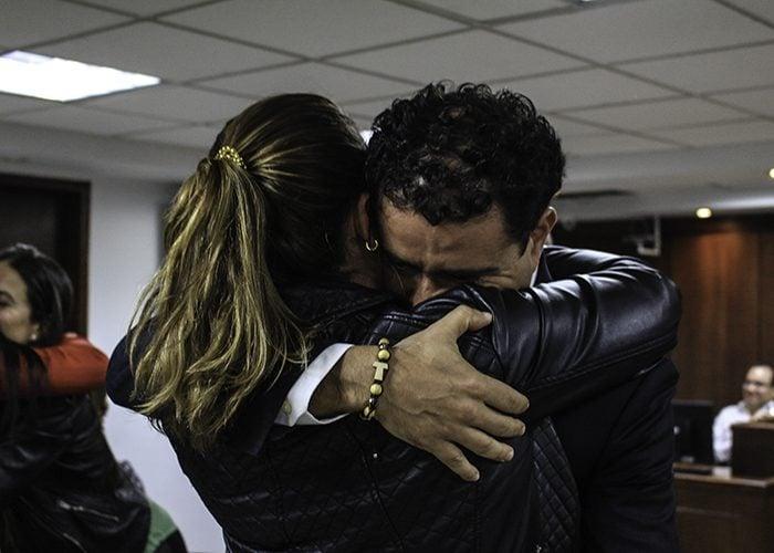 Al finalizar la audiencia, el primer abrazo de Francisco Uribe Noguera fue con su esposa Laura Arboleda. Foto: Leonel Cordero