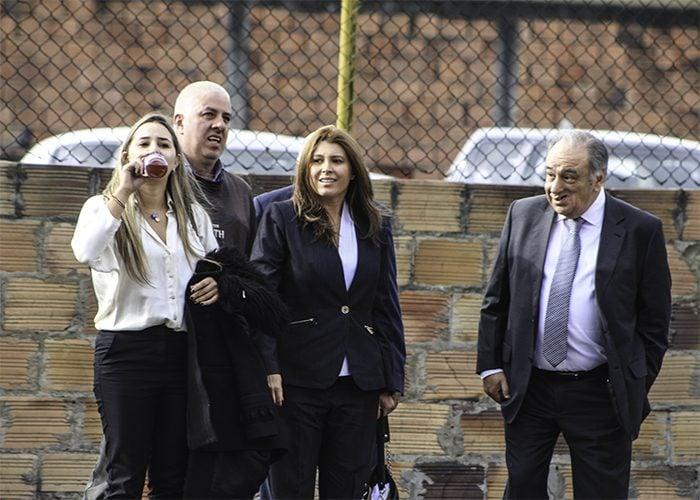 Margarita Herrera de traje azul, acompañada de su prima y su abogado Luis Fernando Salazar.