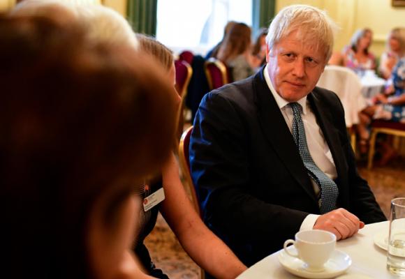 El pueblo británico sigue en suspenso ante el guion que el primer ministro está escribiendo