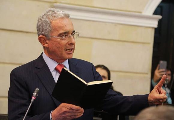 Uribe usó a Dios y a los creyentes para permanecer en el poder