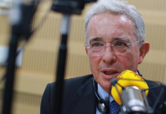 Amenazan a Uribe con publicar videos que lo vincularían con paramilitares