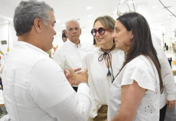 Video: Mientras asesinan candidatos, el presidente le inaugura tiendas a Silvia Tcherassi