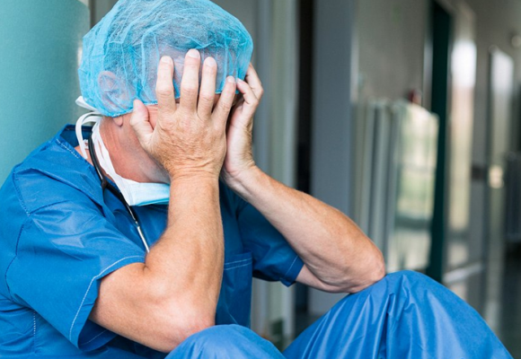 Médicos y especialistas, cada vez más afectados por agotamiento extremo y depresión