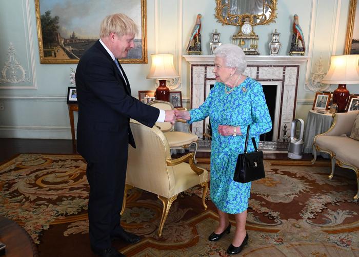 Boris Johnson halla el favor de la Reina y choca contra los conservadores