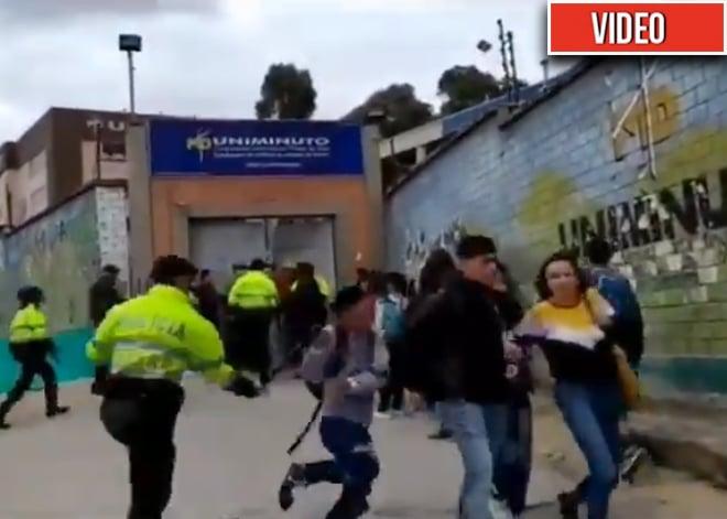 A bolillo policía agarra a universitario en Bogotá