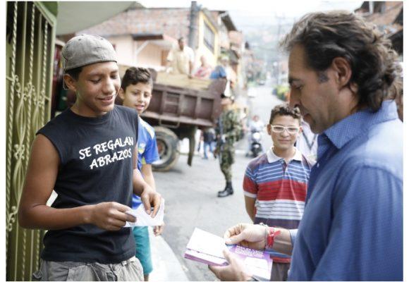 Medellín recibe premio por sus políticas en educación
