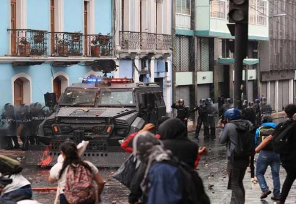 Ecuador: Indígenas se unen a las protestas y retienen a varios militares