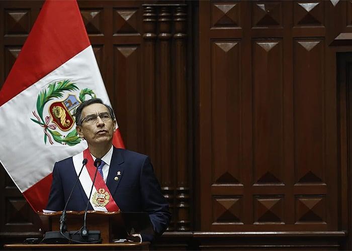 Presidente de Perú disuelve el Congreso y éste lo suspende
