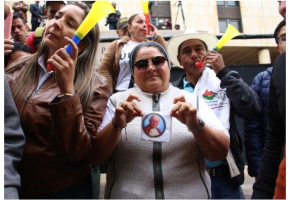 Racista, timadora y violenta: así describen a la fanática uribista que se disfrazó de monja