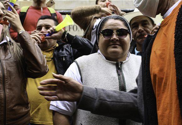 La humillada que recibió la monja uribista en su regreso a Medellin. Video