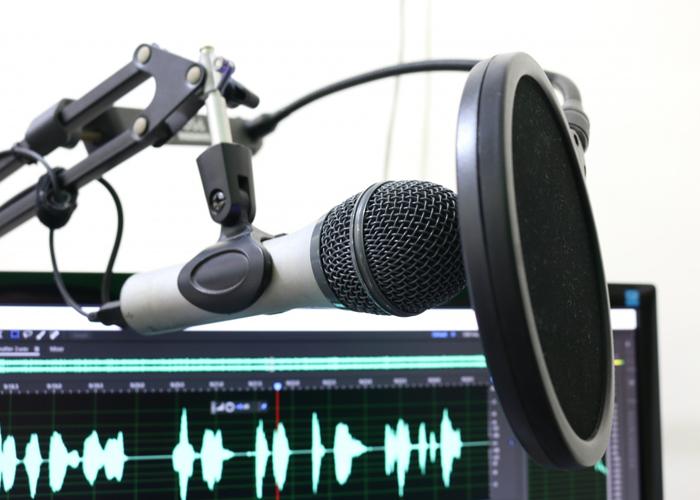 Con el podcast el periodista va hasta los muros de sus oyentes y les toca la puerta