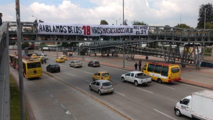 VIDEO: Policia bajó pancarta sobre los 18 niños asesinados que pusieron estudiantes de la Nacional