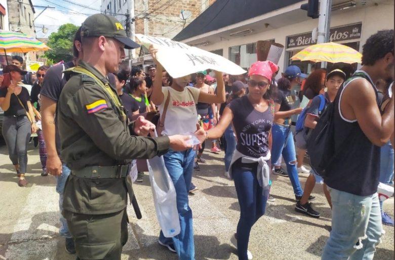 La policía y el ejército reparten agua entre los manifestantes en Apartadó
