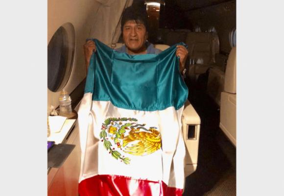 Evo al exilio: Avión de la fuerza aérea mexicana aterriza en Ciudad de México