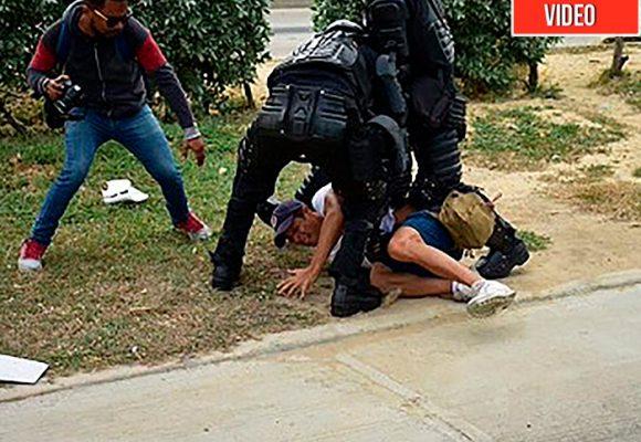 La policia tienen detenidos ilegalmente a dos periodistas del Heraldo. Video