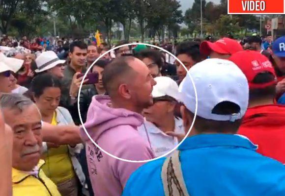 El momento en el que la marcha en Bogotá descubre a dos policias infiltrados