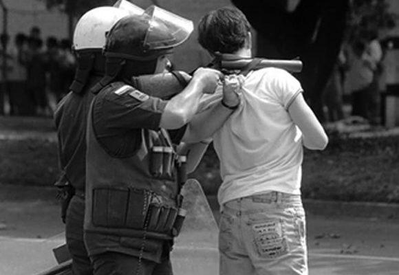 Cuando la policía colombiana usaba de escudo a los estudiantes