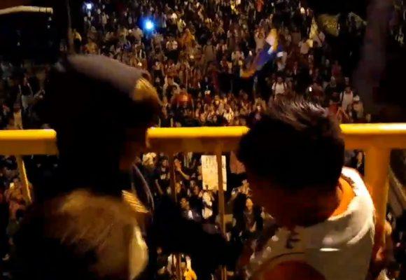 Los niños que le tiraron sus dulces a la marcha estudiantil en Medellin. Video