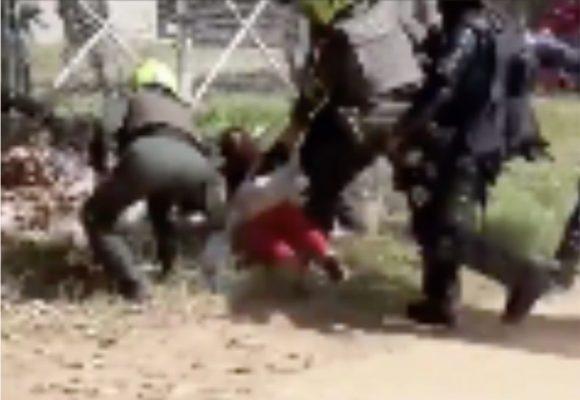 Ocho policías agarran a pata y puño a una mujer en Montería
