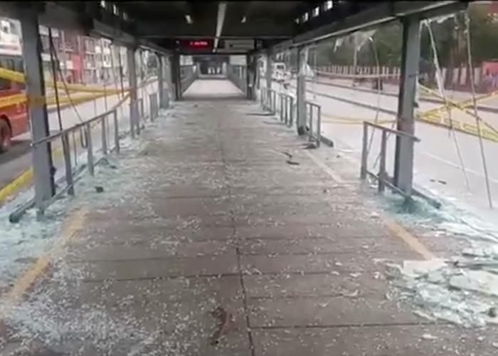 Completamente destruida quedaron estaciones de Transmilenio al Norte de Bogotá