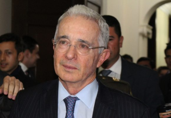 La gente de fiesta en la calle y él sin Twitter: el día más triste de Uribe