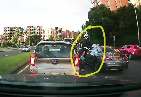 [VIDEO] En 25 segundos motociclista armado atraca carro de alta gama en Bogotá