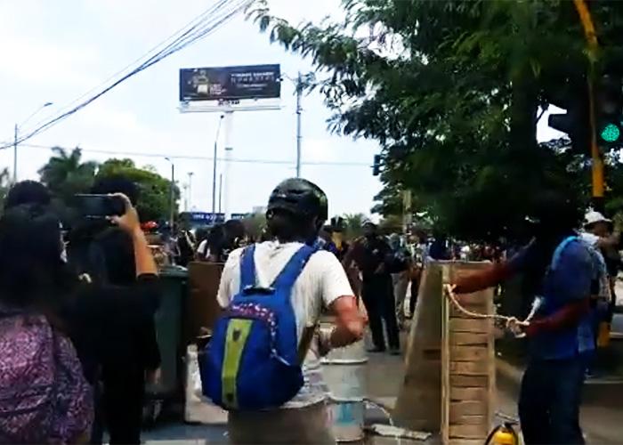 Los manifestantes agreden al Esmad en Cali