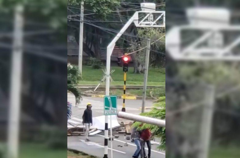 [Video] Destruyen cámaras de fotomultas durante paro nacional