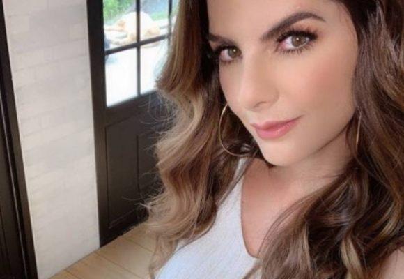 Sin ropa interior Carolina Cruz muestra tatuaje íntimo a sus seguidores