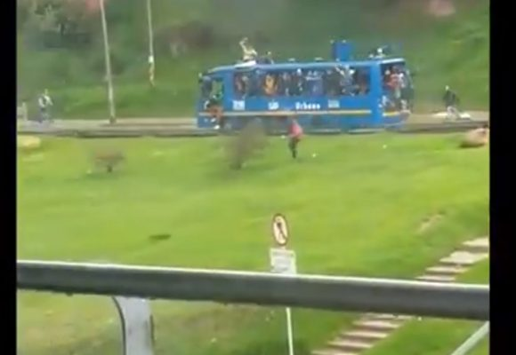 [VIDEO] Roban bus de SITP y lo convierten en tanqueta