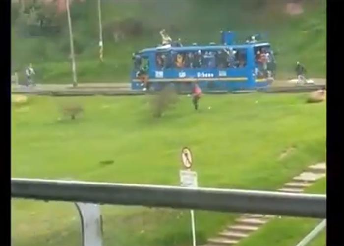[VIDEO] Roban bus de SITP y lo convierten en tanqueta