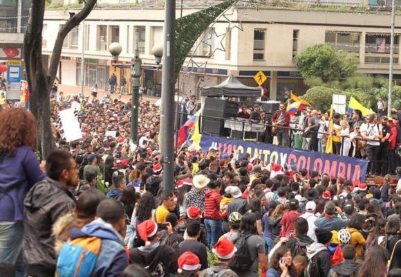 Miles de personas acompañan el canto por Colombia