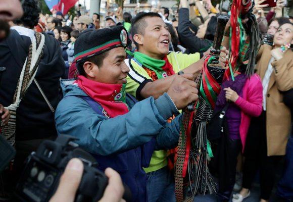 Bogotanos acogen a la Guardia Indígena y su cacerolazo latinoamericano