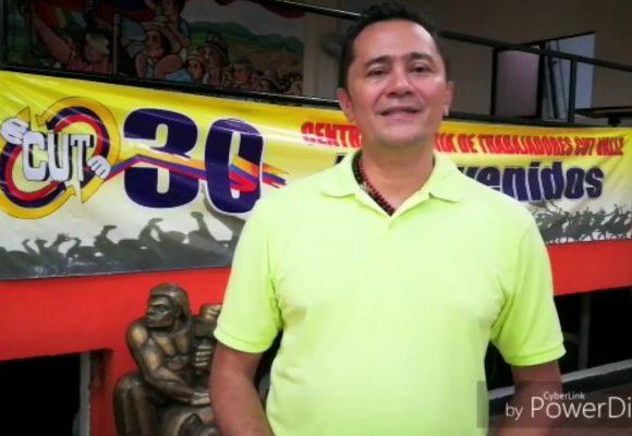 El presidente de la CUT Valle trata de negro hpta a policía. Video