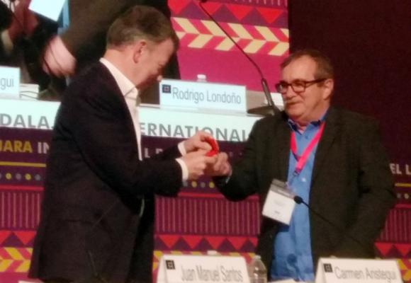 El reencuentro de Santos y Timochenko en la Feria del Libro de Guadalajara