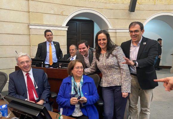Aída Avella rechaza la mano tendida de Uribe