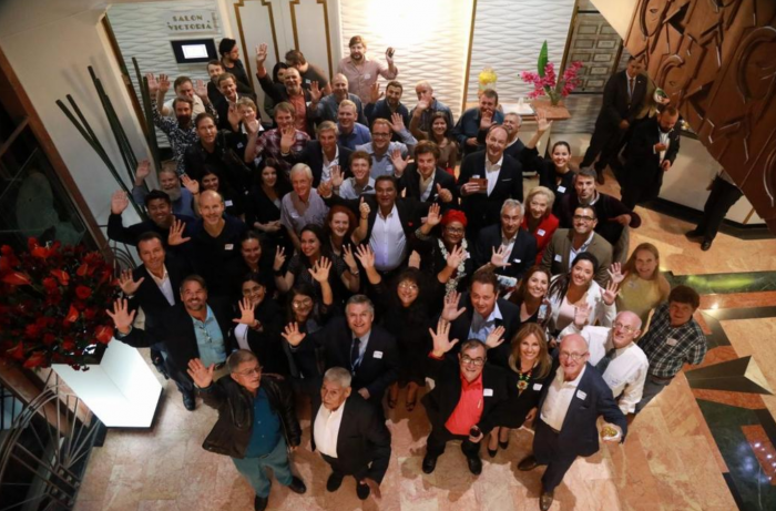 Recibimiento de los viajeros por parte de Timochneko en el hotel Dann Carlton de Bogotá. Foto: Twitter @PartidoFARC